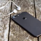 iPhone 7 review: iPhone 7 Plus op een tafel met oordopjes