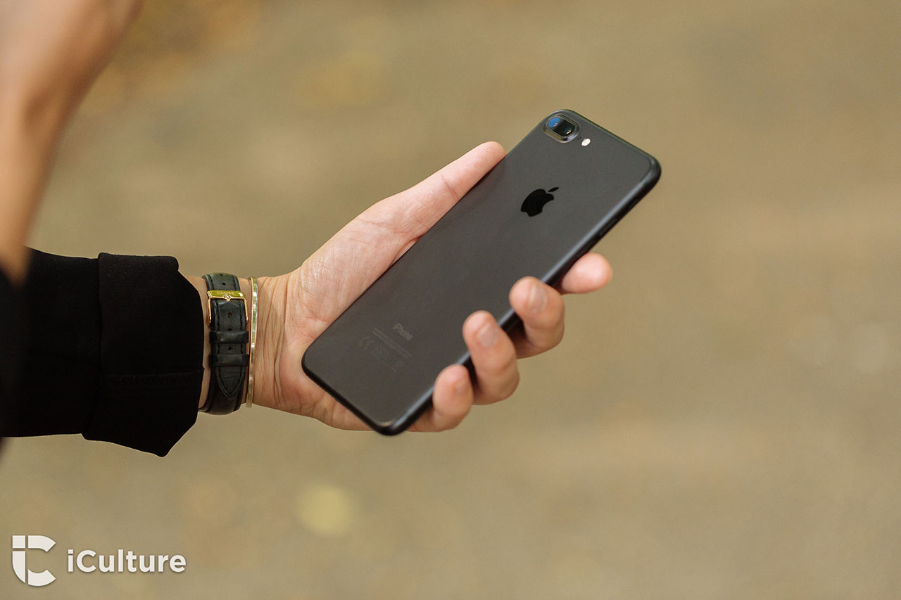 iPhone 7 review: achterkant van de iPhone in de hand