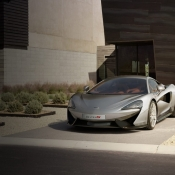 McLaren auto op de oprit.