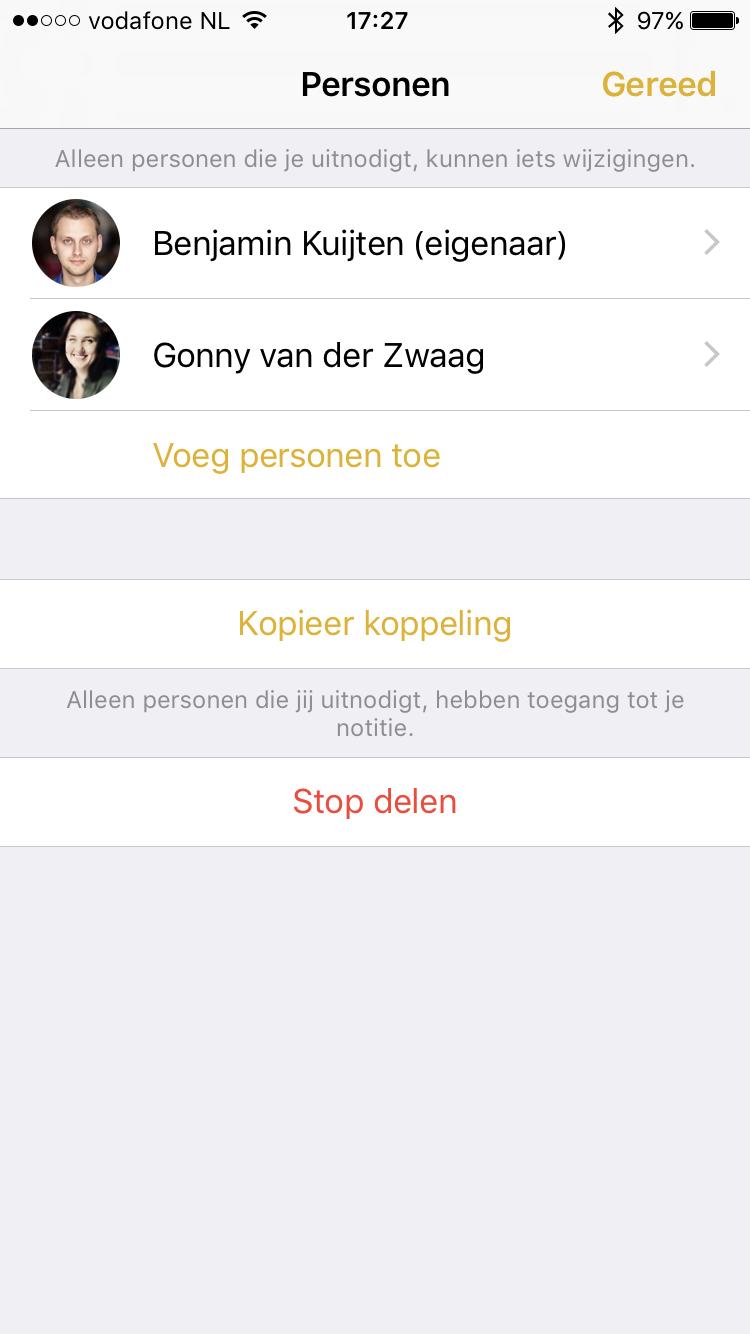 Personen die samenwerken  aan een notitie in de Notities-app.