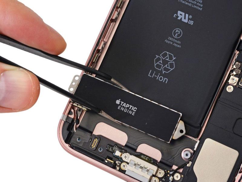 iPhone 7 teardown door iFixit: de Taptic Engine