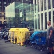 Wachtrijen bij de Apple Stores voor de iPhone 7: robots, reclamekaravaan en illegale klapstoelen