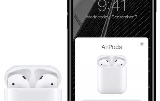 AirPods in de speciale case naast de iPhone