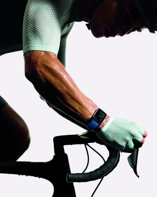 Apple Watch Series 2 gedragen door een fietser