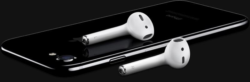 iPhone 7 gitzwart met AirPods erop