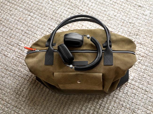 B&W P7 hoofdtelefoon op een tas