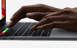 MacBook Pro met typende handen