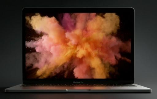 MacBook Pro met gekleurd poeder op het scherm.