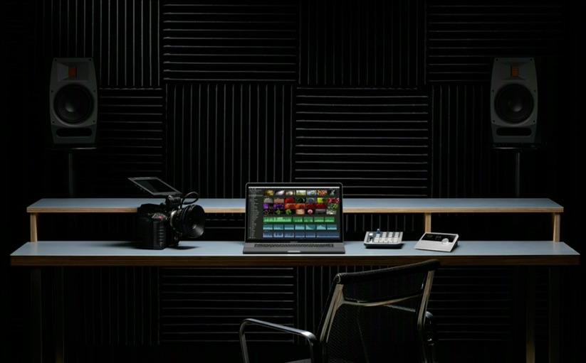 MacBook Pro op een bureau.