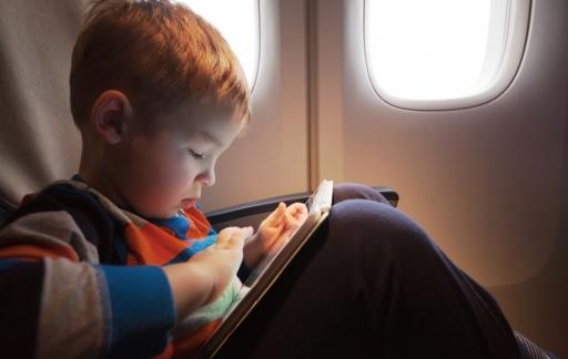 Videoland, kind in vliegtuig