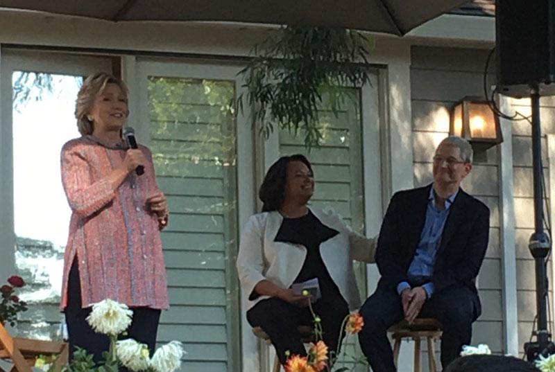 Tim Cook en Hillary Clinton tijdens fundraiser
