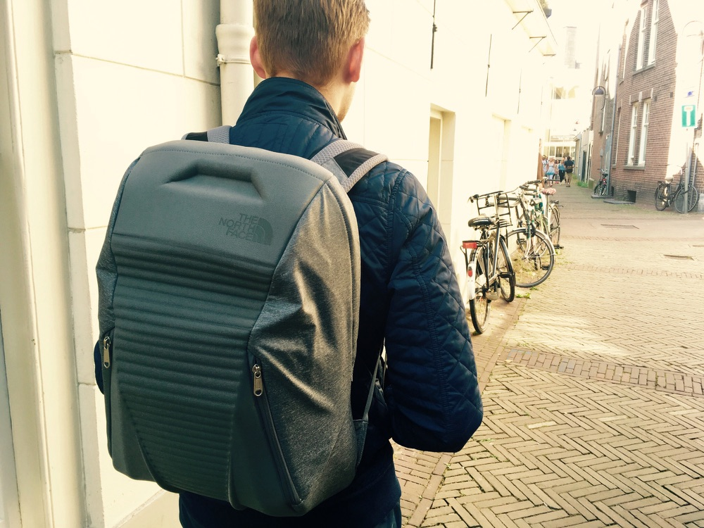 The North Face Access Pack buiten op de rug.