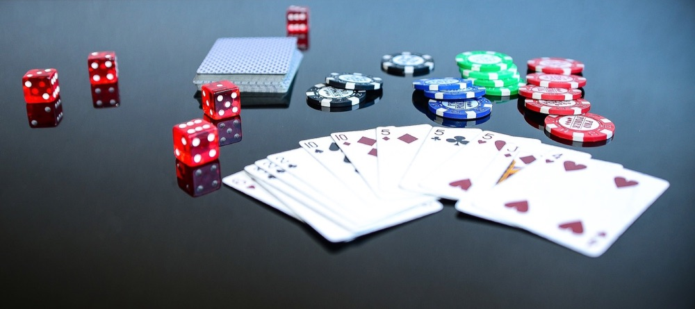 Gokken met kaarten, dobbelstenen en fiches.