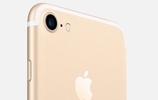 Achterkant van een gouden iPhone 7.