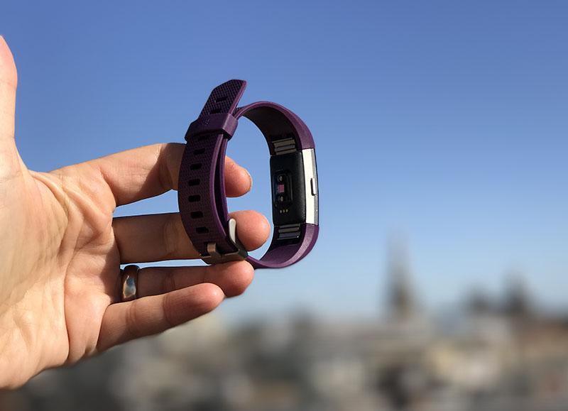 Fitbit Charge 2 van de zijkant gezien