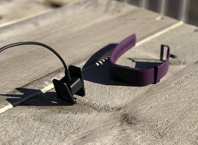 Fitbit Charge 2 op tafel, met de lader