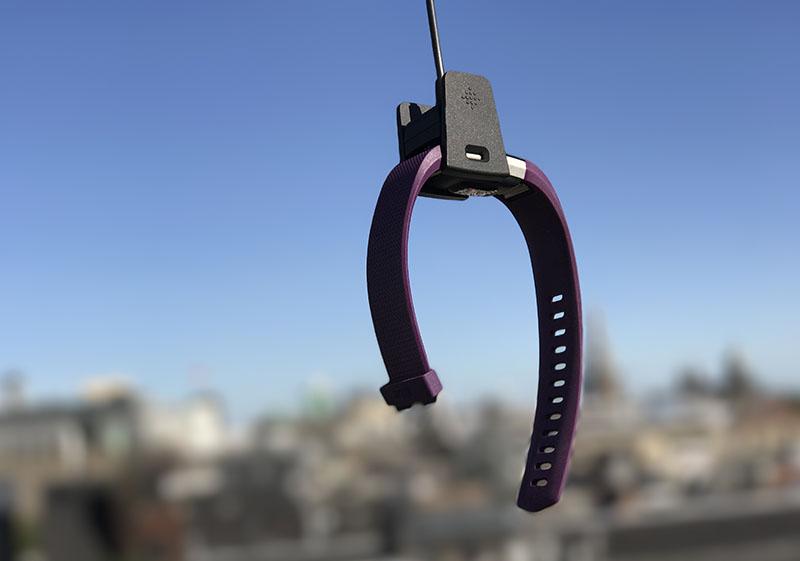 Fitbit Charge 2 hangend aan een lader