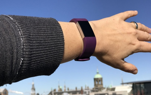 Fitbit Charge 2 om de pols