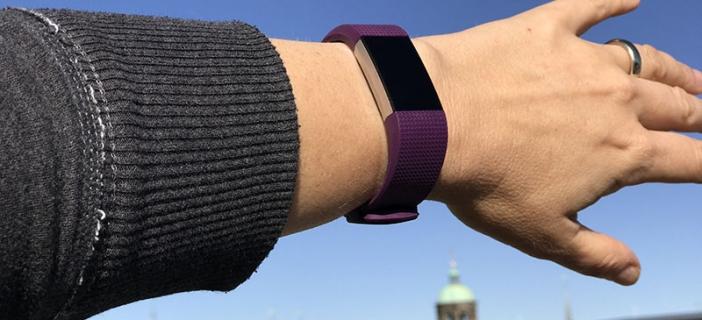 Fitbit Charge 2 om de pols