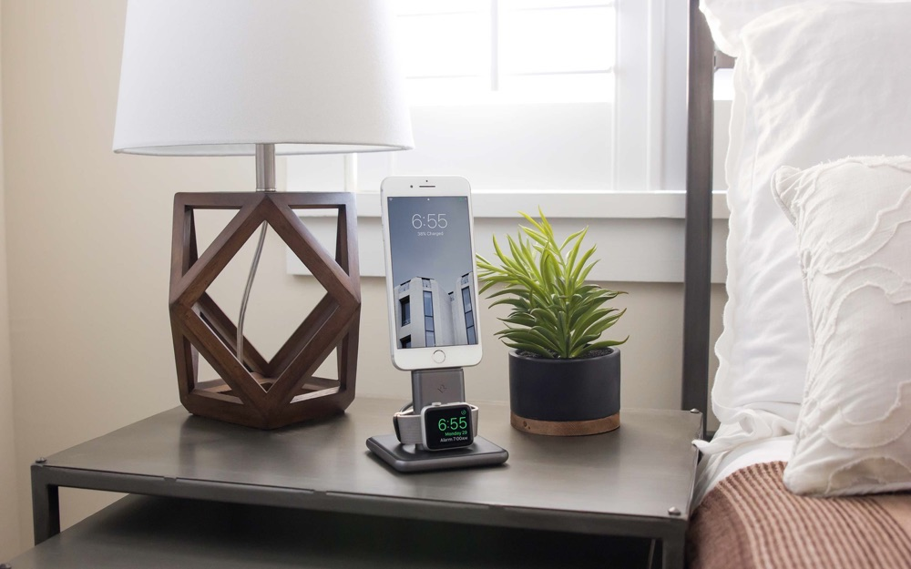 Twelve South HiRise Duet met witte iPhone.