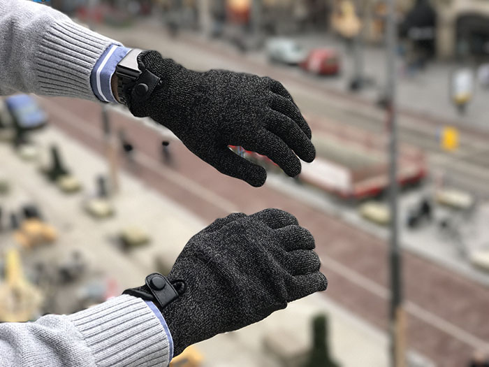De zwartbruine kleur van de Mujjo Double Layer Touchscreen Gloves past  overal bij e4ffee0dd15