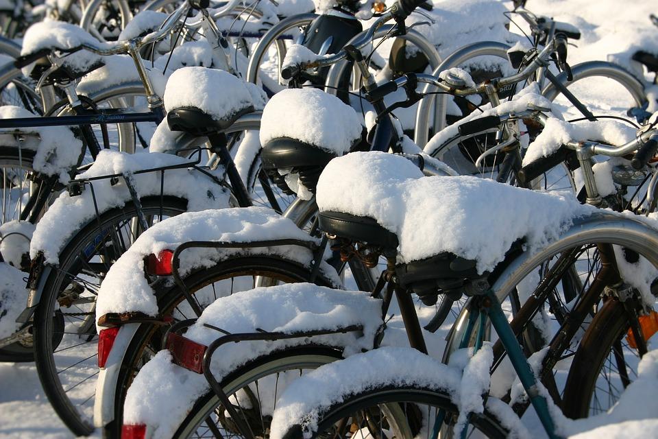 Sneeuw op fietszadels.