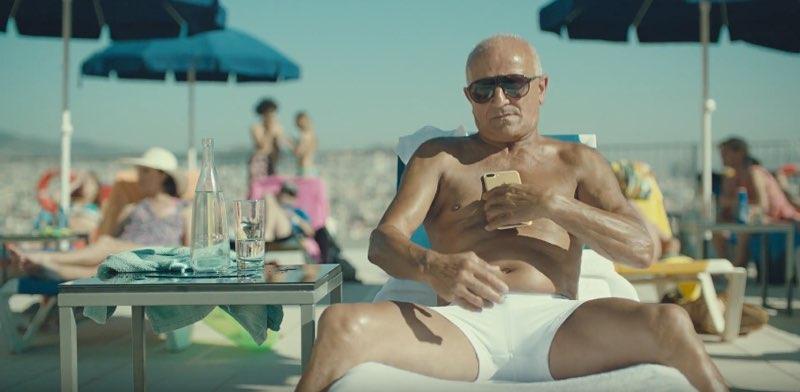 Man bij zwembad in Apple's Dive-reclame