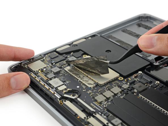 MacBook Pro 2016: de SSD zit verstopt achter een stuk beschermende tape