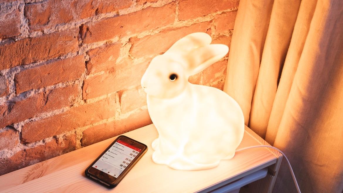 KlikAanKlikUit met een lamp en iPhone-bediening.