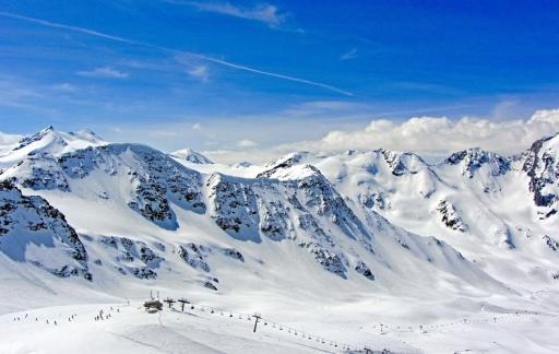 Wintersport met bergen en sneeuw.