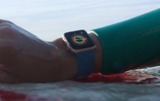 Apple Watch Series 2 surfen in een reclame.