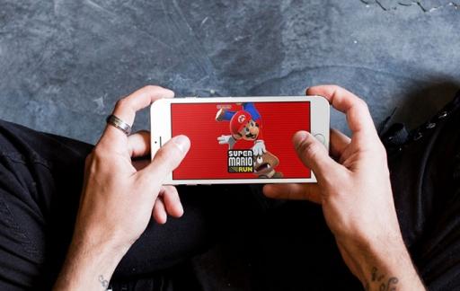 Super Mario Run op schoot klein