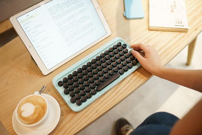 Lofree Keyboard op een bureau
