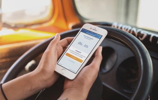 Auto met pech en de ANWB Wegenwacht-app.