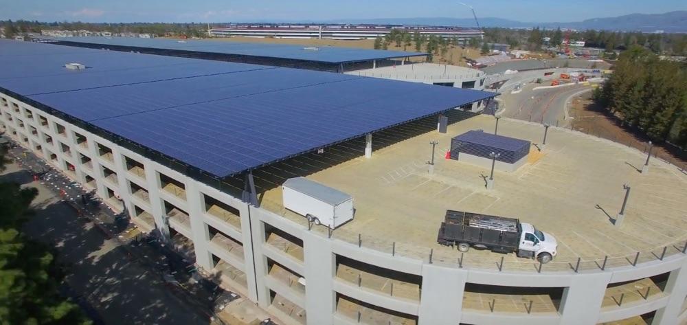 Apple Park met parkeergarages en zonnepanelen.