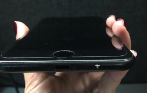 iPhone 7 matzwart met losrakende verf bij speaker.