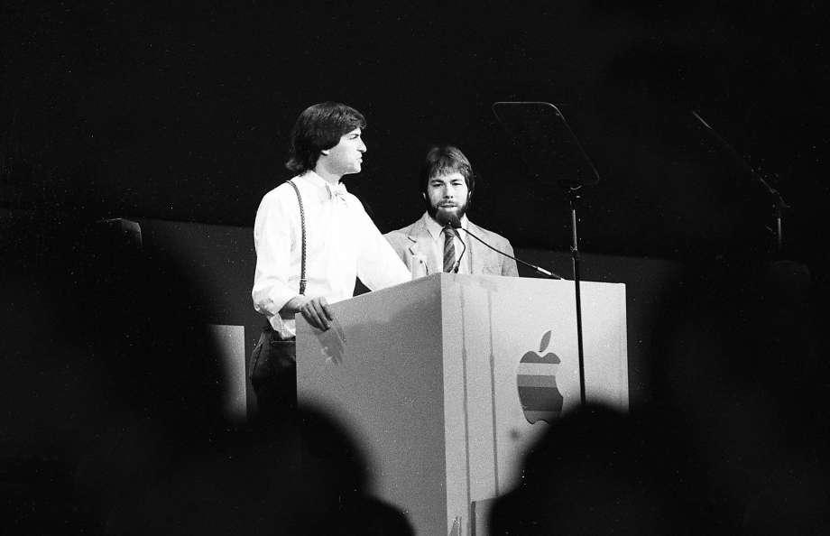 Steve Jobs en Wozniak op het podium