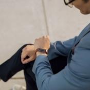 Fitbit Alta HR bruin met man in pak