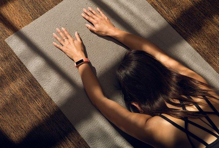 Fitbit Alta HR roze met yoga-vrouw