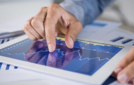 Man bekijkt aandelen op iPad