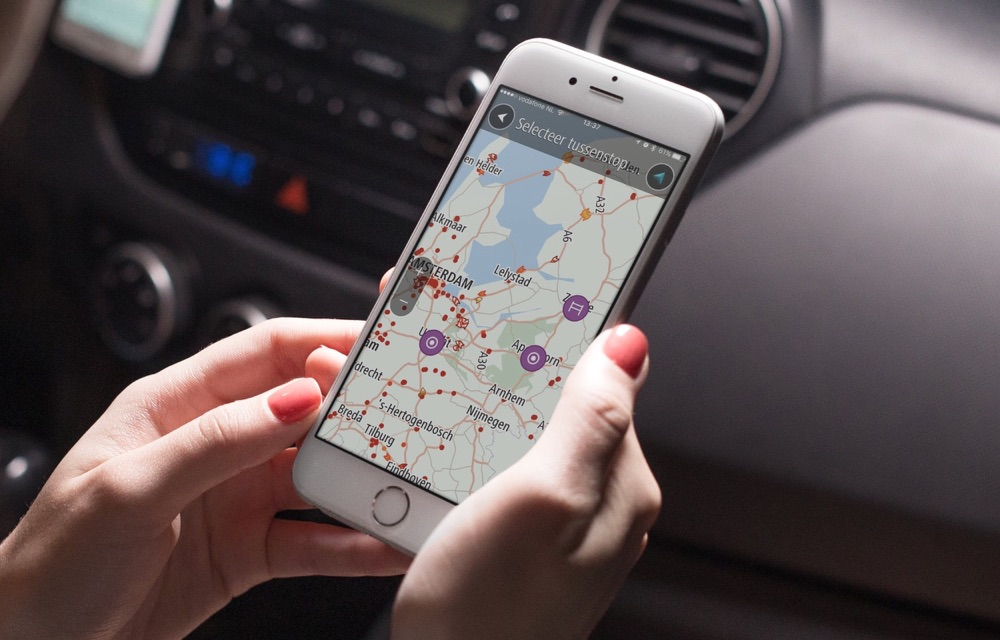 TomTom GO Mobile in de auto met tussenstop.