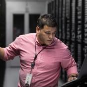 Apple medewerker in datacenter