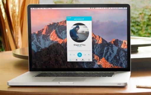 Headset voor muziek op een MacBook.