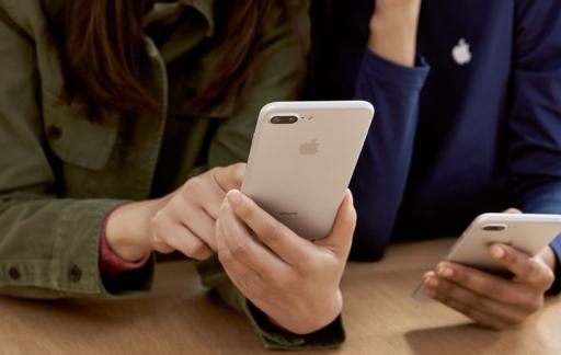 Apple Store: medewerker en klant met iPhone