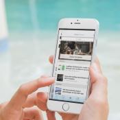 Vrouw drukt op linker schermrand iPhone