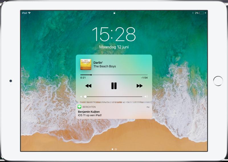 iOS 11 op de iPad met meldingen en muziekbediening.