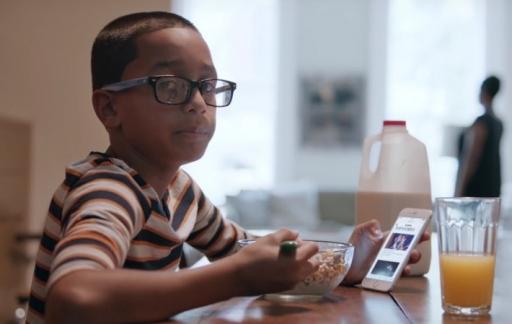 Kind ontbijt met iPhone