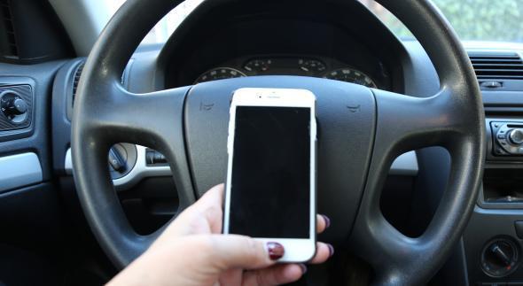 iPhone in de auto.