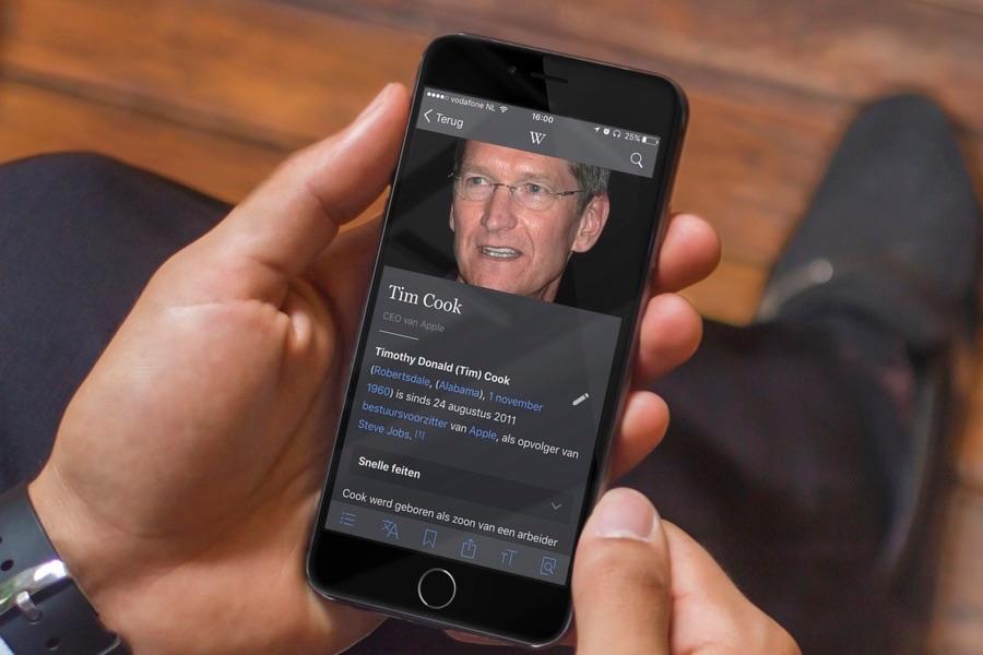 Wikipedia in het donker op de iPhone met Tim Cook.