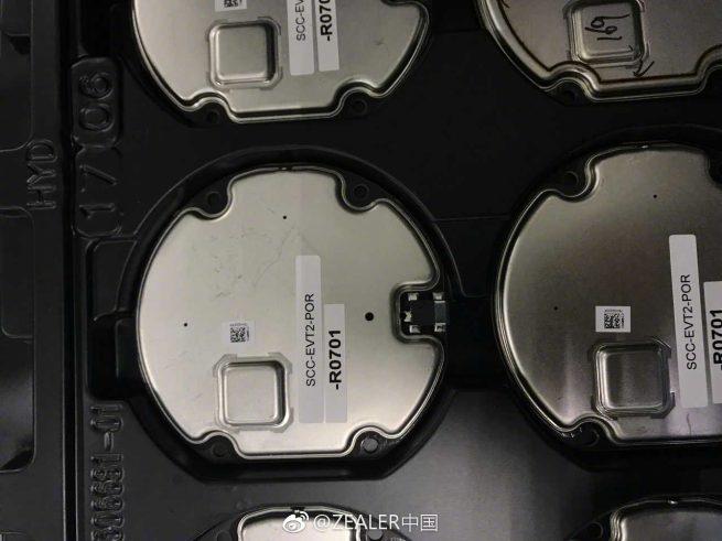 Buitenkant van onderdeel voor draadloos opladen op de iPhone 8 en iPhone 7s.